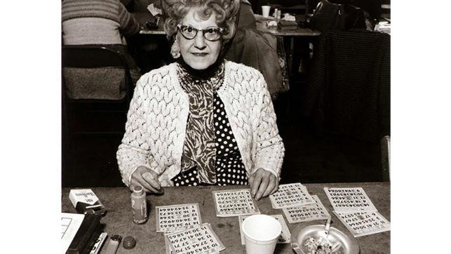 Senora-jugando-bingo-Autor-desconocido